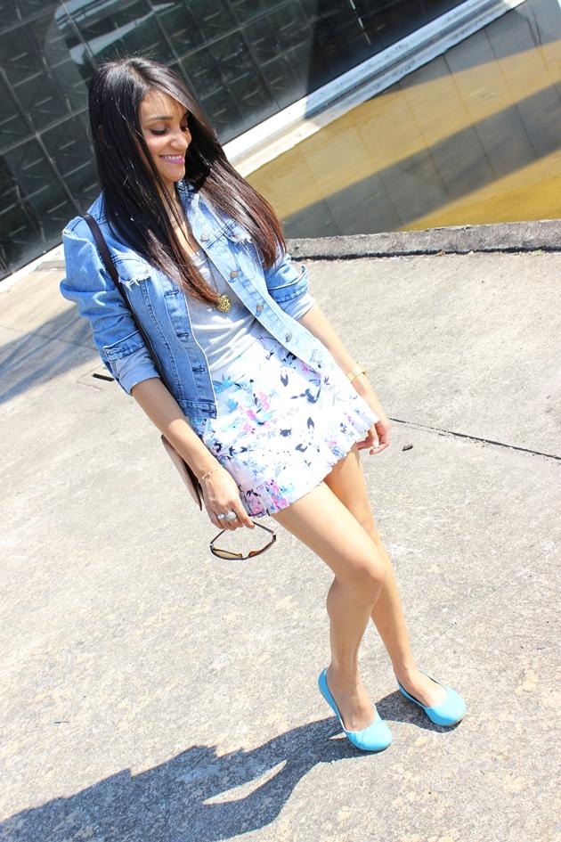 jaqueta jeans, saia florida, sapatilha turquesa, look jeans com jeans, look primavera, camiseta cinza