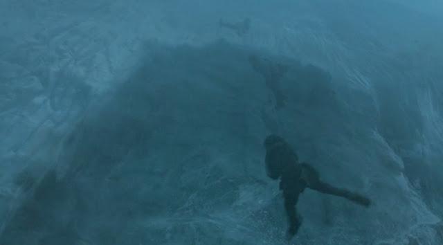 Jon e Ygritte a punto de caer del muro - Juego de Tronos en los siete reinos