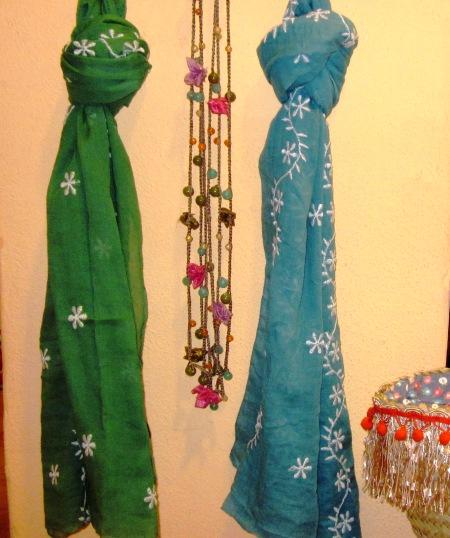Dos fulares de margaritas bordadas, verde y azul