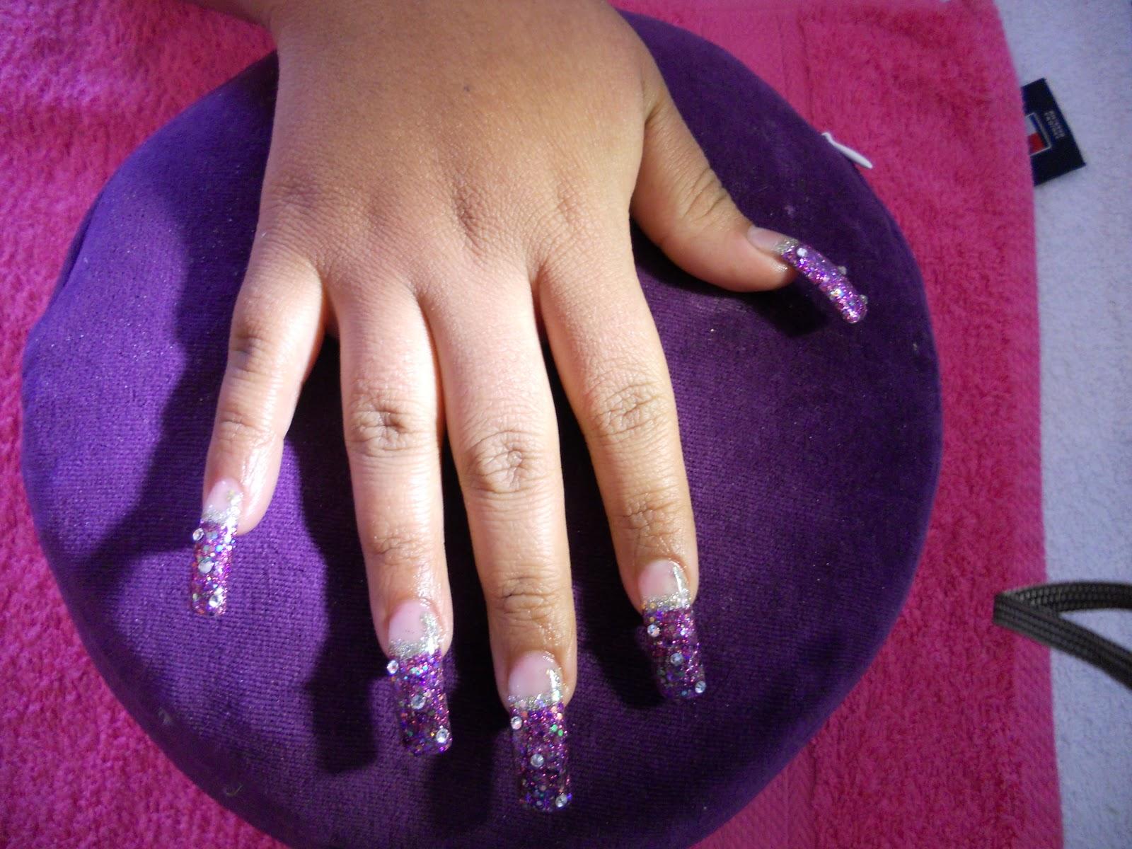 Nails and more u as largas en morado con swarovski for Unas con piedras swarovski