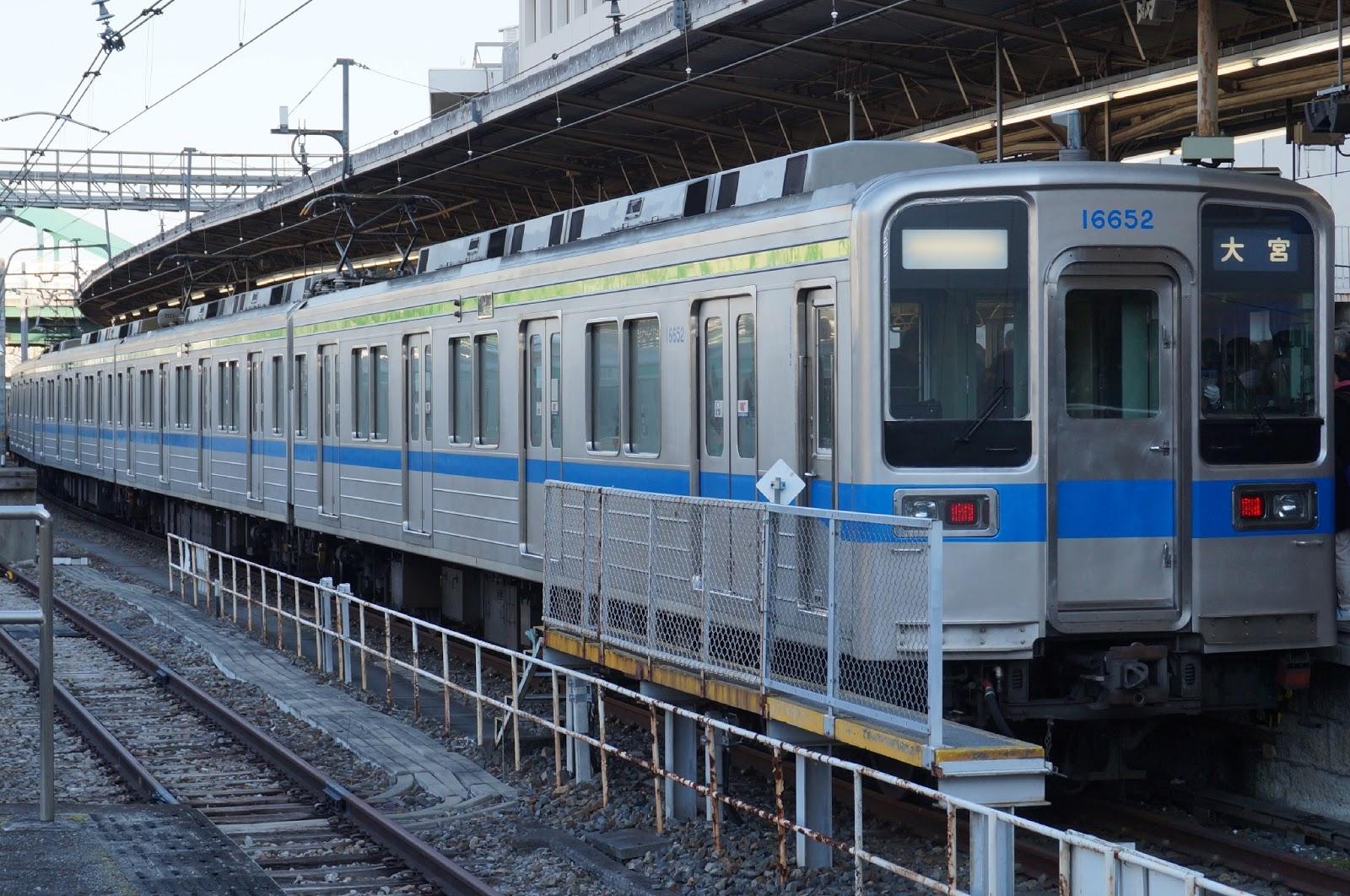 野田線大宮駅停車中の東武10050系