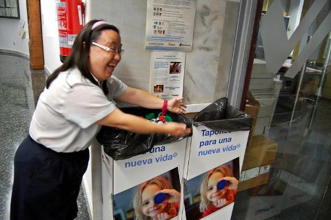 FGV aportan 8,4 millones de tapones de plástico destinados a financiar proyectos solidarios