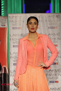 Kareena Kapoor Walks on The Ramp at LIFW Summer Resort 2013 Grand Finale    ~ Bollywood and South Indian Cinema Actress Exclusive Picture Galleries