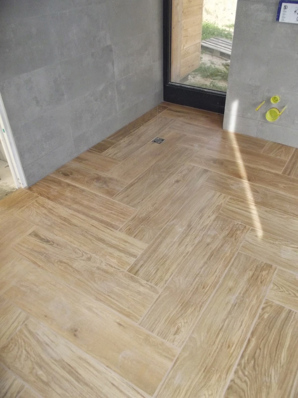 Concept carrelage cr ation grande salle de bain grise for Grande douche a l italienne