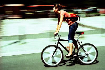 Mulher Jovem andando de bicicleta