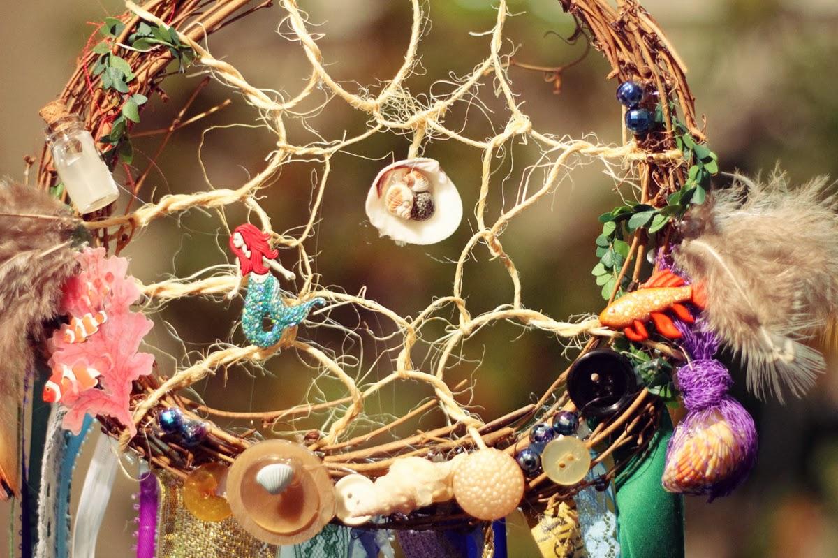 los atrapasueos estn formados bsicamente por ramas a las que se les da forma circular se hacen cuando las ramas an tienen vida para darle