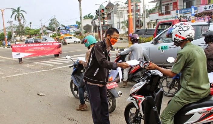 Aksi penolakan kenaikan harga bahan bakar minyak (BBM) juga dilakukan di masyarakat pelosok utara Ibu Kota Provinsi Kalimantan Selatan, Kabupaten Tabalong. Massa Hizbut Tahrir Indonesia (HTI) Kabupaten Tabalong menggelar aksi menolak kenaikan harga BBM, Senin sore (10/11/2013).