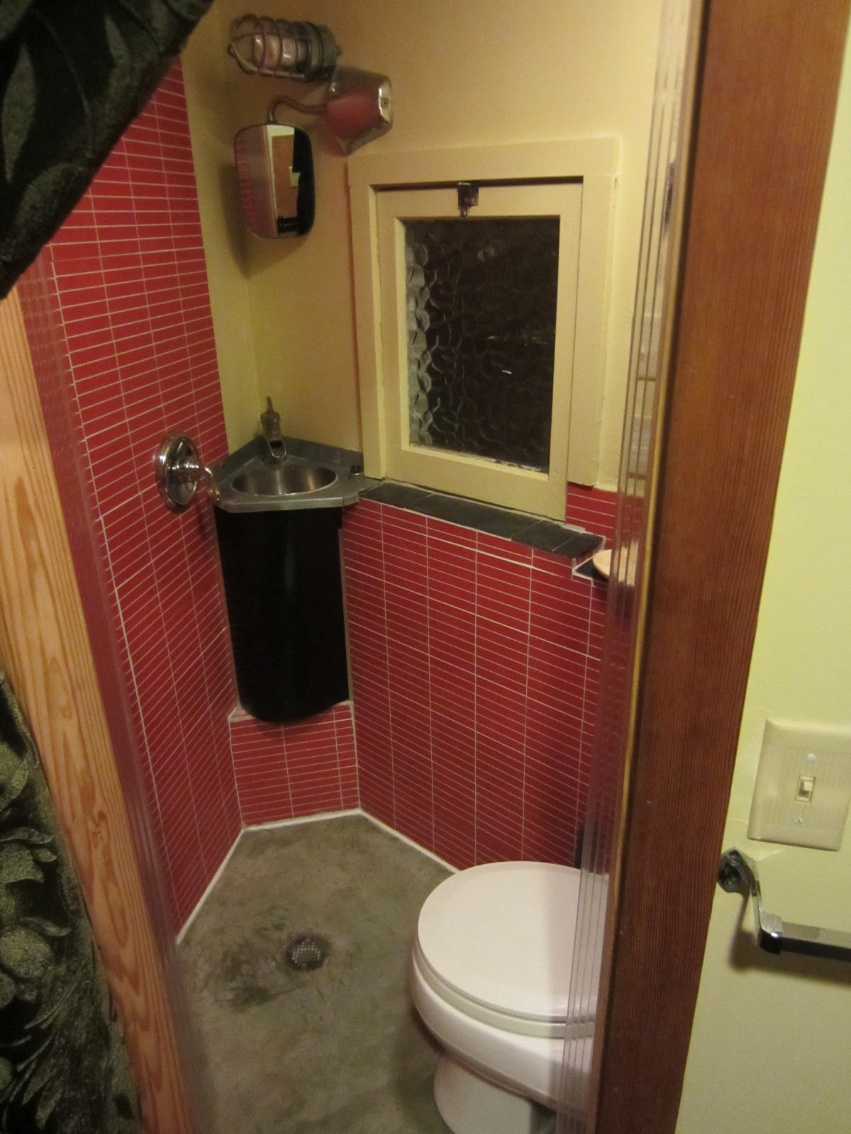 Twelve damn fabulous tiny house cabin Tiny bathroom