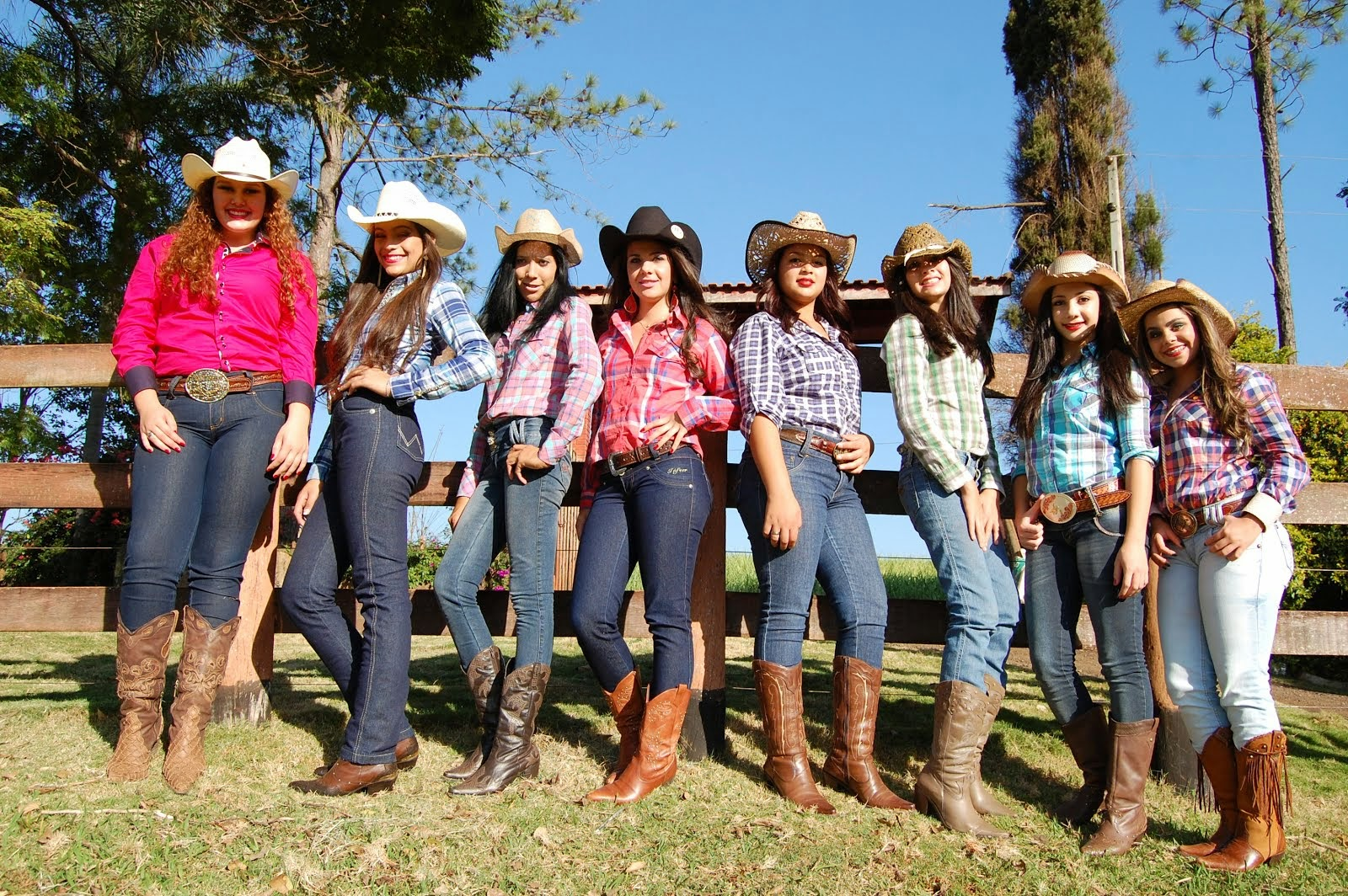 CANDIDATAS A RAINHA E PRINCESA DO RODEIO DE SANTO ANTONIO DO PARAISO..