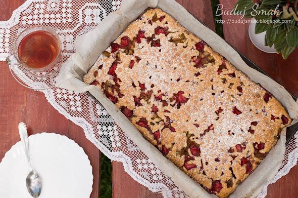 Ciasto kruche z rabarbarem i truskawkami