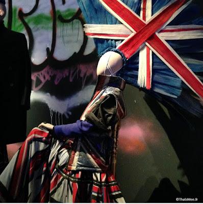 Jean-Paul Gaultier, Création Punk Epoque Bowie drapeau Union Jack en crête cheveux Odile Gilbert studio 68 kilt, expo JPG grand Palais Paris