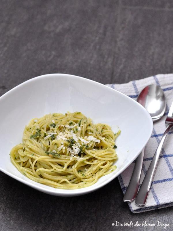 Pesto aus Basilikum, Pinienkernen, Knoblauch und Olivenöl, mit Spaghetti