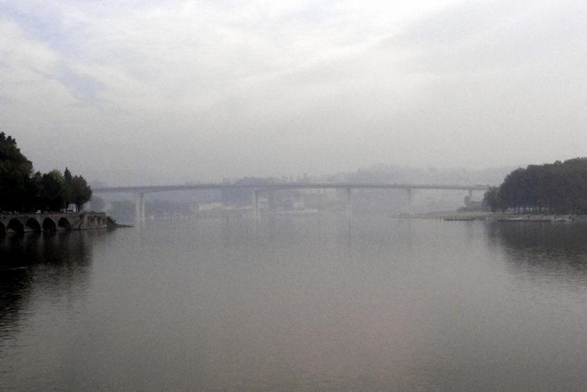 Paisagem do Douro com a Ponte do Freixo em dia de muito nevoeiro