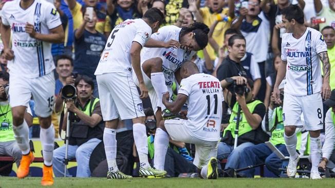 Ronaldinho siendo ovacionado en el estadio Azteca, en el partido América vs. Querétaro del torneo Clausura 2015 del futbol mexicano la Liga MX | Ximinia