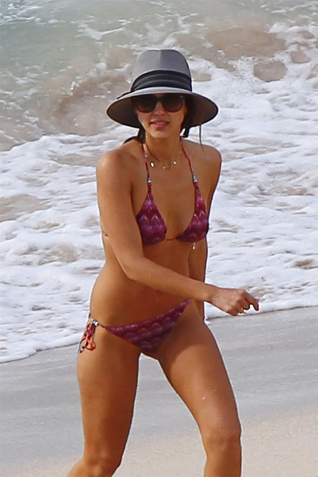 http://2.bp.blogspot.com/-7dSGA2hI_vE/UWMkoqsAlDI/AAAAAAAA0pM/f-o45i3JwfM/s1600/Jessica+Alba+with+Nicole+Richie+-++Purple+Bikini+-+St+Barts+-+05.04.2013+-+156hq+45.jpg
