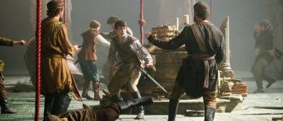 Lucy (Georgie Henley) et Edmund Pevensie (Skandar Keynes) en mauvaise posture dans Le Monde de Narnia : L'Odyssée du Passeur d'aurore
