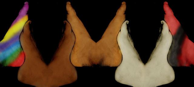 Fotografia de oito pés humanos colorizada. Pés em pares, alinhados por seus calcanhares e plantas ajuntadas. Da esquerda para a direita, pé esquerdo com listras diagonais coloridas, unido pela planta ao segundo pé direito marrom escuro, unido ao terceiro pé esquerdo marrom escuro, unido ao quarto pé direito marrom claro, unido ao quinto pé esquerdo marrom claro, unido ao sexto pé direito branco, unido ao sétimo pé esquerdo branco, unido ao oitavo pé direito em vermelho com listra preta ao redor do calcanhar.