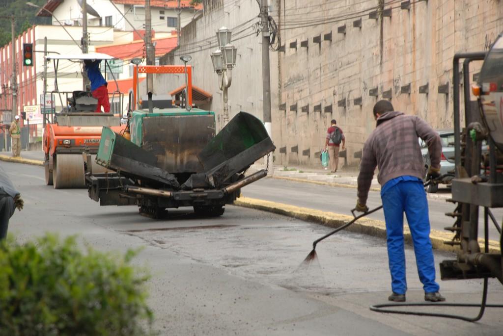 O asfaltamento das principais avenidas continua a todo vapor e nesta segunda-feira os trabalhos já alcançaram a Av. Alberto Torres, em frente à Casa&Vídeo