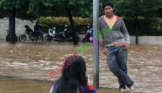 http://www.opoae.com/2013/02/foto-narsis-remaja-ketika-jakarta-banjir.html