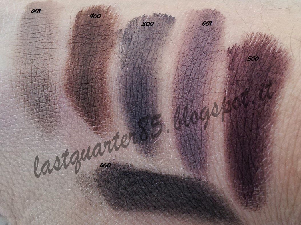 Swatch Pupa Vamp! Cream Eyeshadow Velvet Matt. Da sinistra a destra: 401 Taupe, 400 Chocolate, 300 Grey Blue, 601 Lilac Grey, 500 Aubergine e sotto 600 Black.