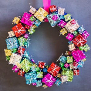How cute is this mini present wreath?