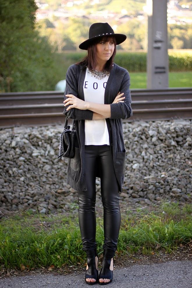 outfit trend fashionblogger lederleggings printshirt cardigan lederpatches cutout heels hut nieten hmtrend 01
