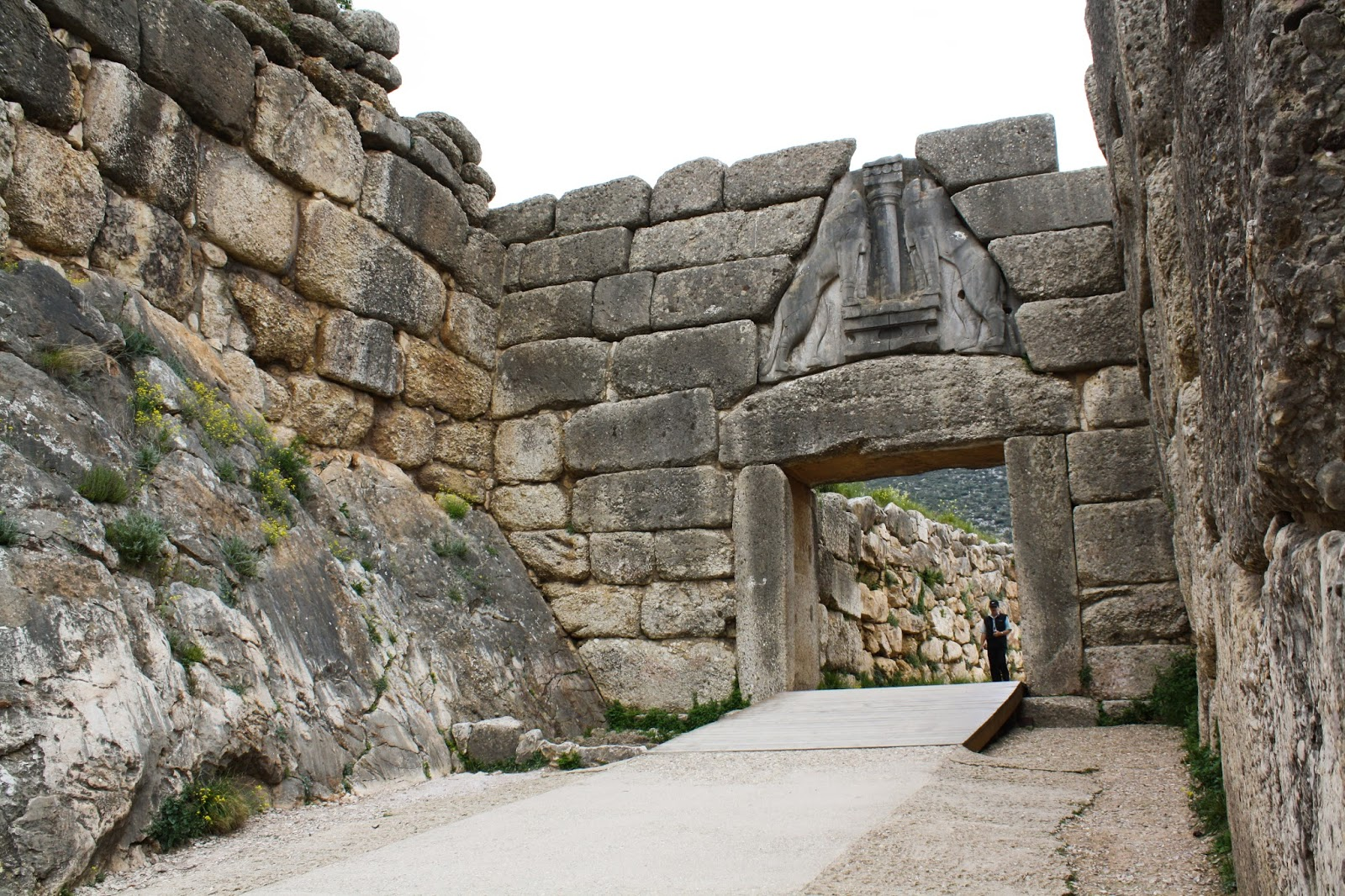 minoan mycenaean similarities The architecture of crete and mycenae share several  mycenaean architecture  two lions are carved in relief on both sides of a sacred minoan column.