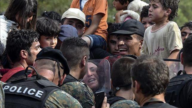 Macedonia permite entrar a cientos de refugiados por la frontera con Grecia