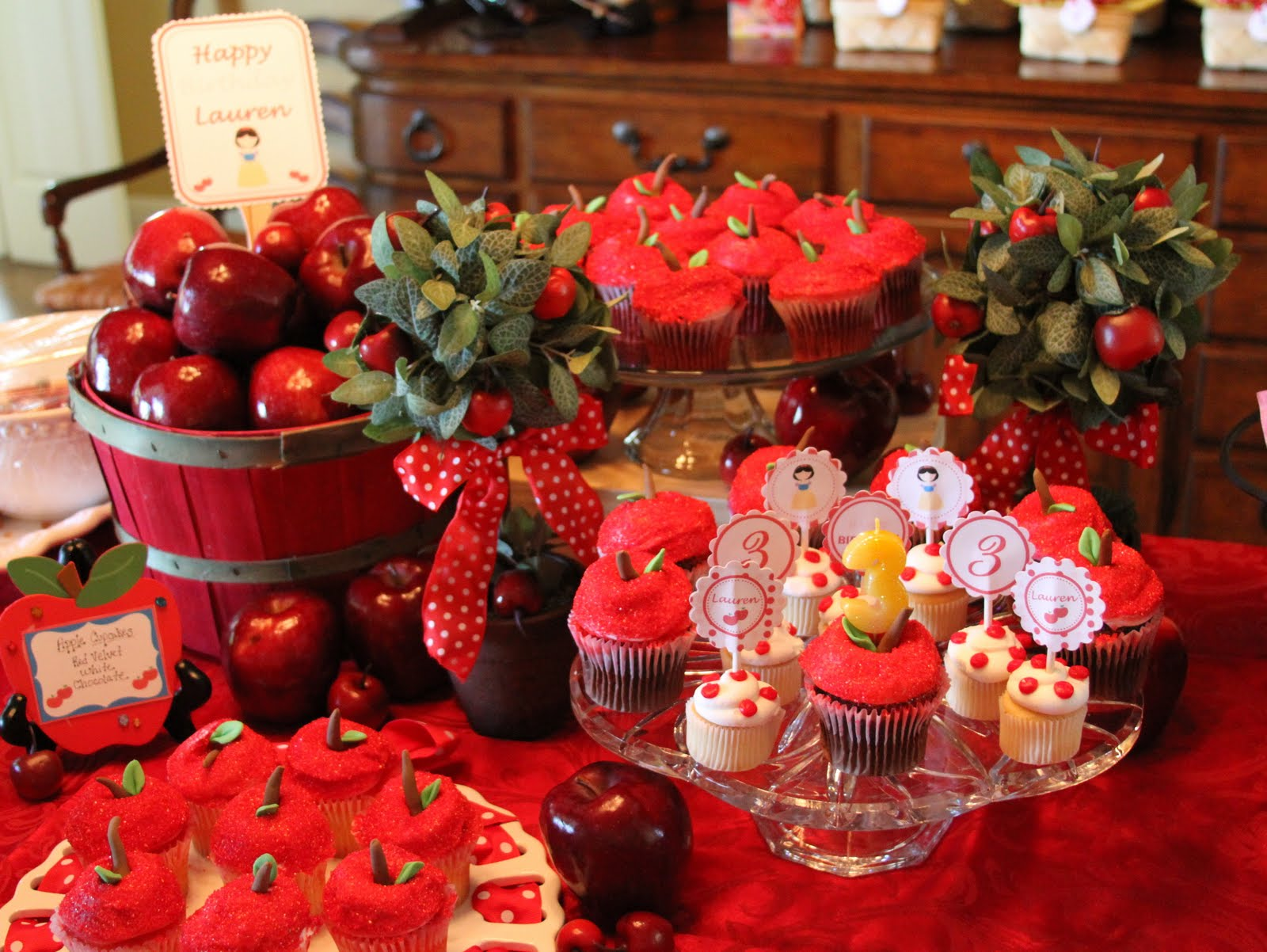 World of arts for children snow white party ideas for Apples decoration