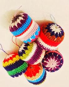 http://perseamigurumi.blogspot.com.es/2013/10/crochetear-bolas-navidenas.html