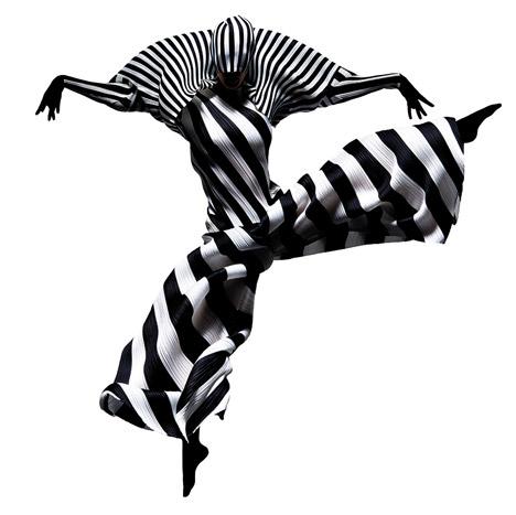 Dançanrinos em fotoss vibrantes com criações do designer Issey Miyake