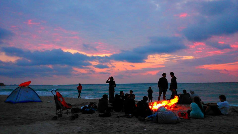 Cand rasaritul este intampinat la focul de pe plaja