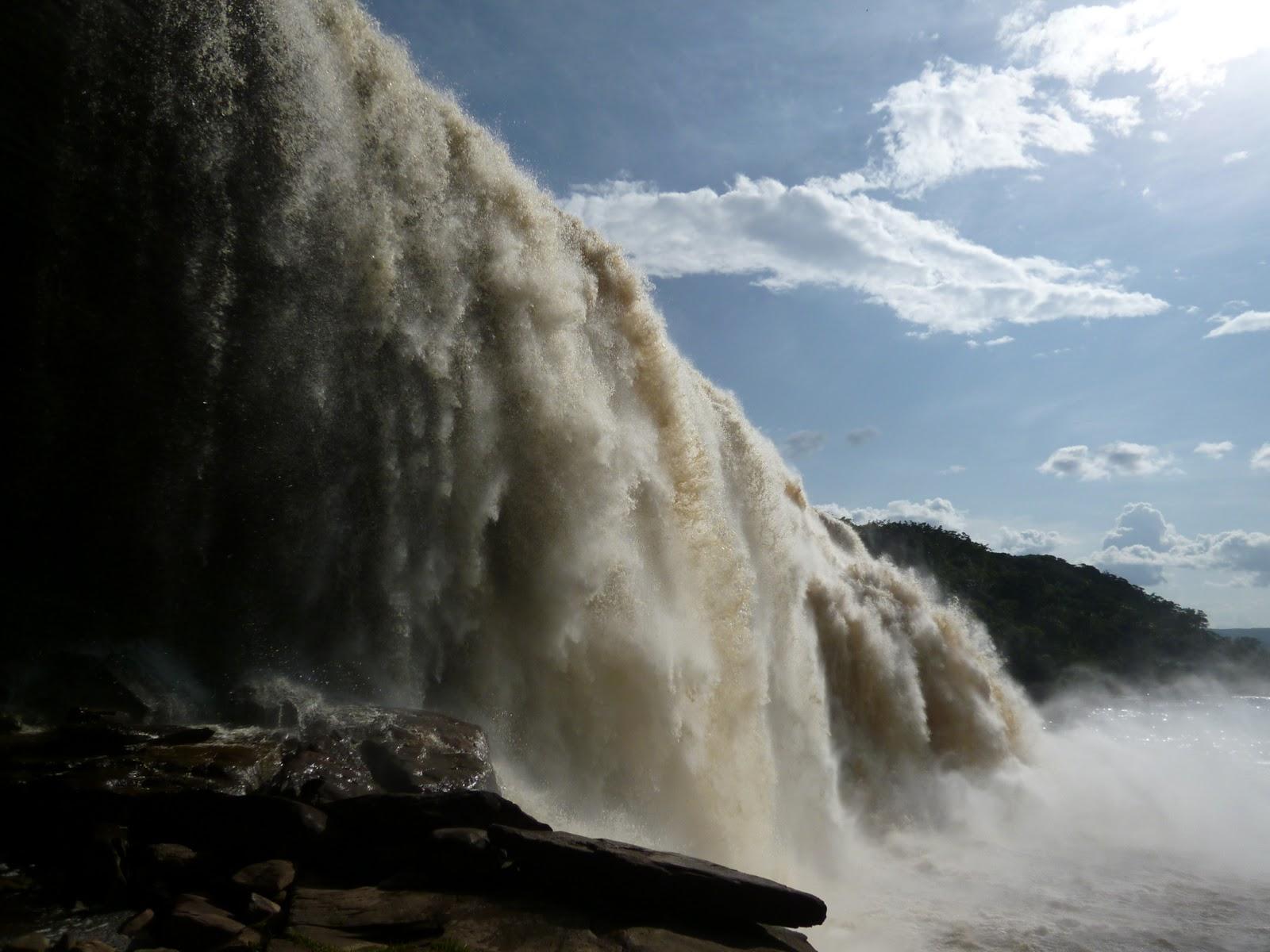 物凄い水量で、一番すごいところでは息できない目も開けられない! エンジェルフォールツアー