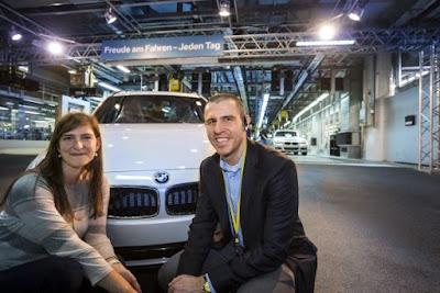Το 150.000ό όχημα παραδόθηκε σε ζευγάρι Αμερικανών με φόντο το μοναδικό σκηνικό του BMW Welt.
