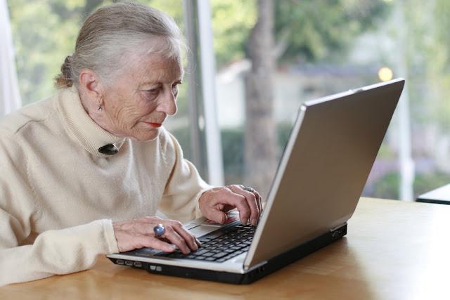 Adulto mayor siguiendo cursos por Internet