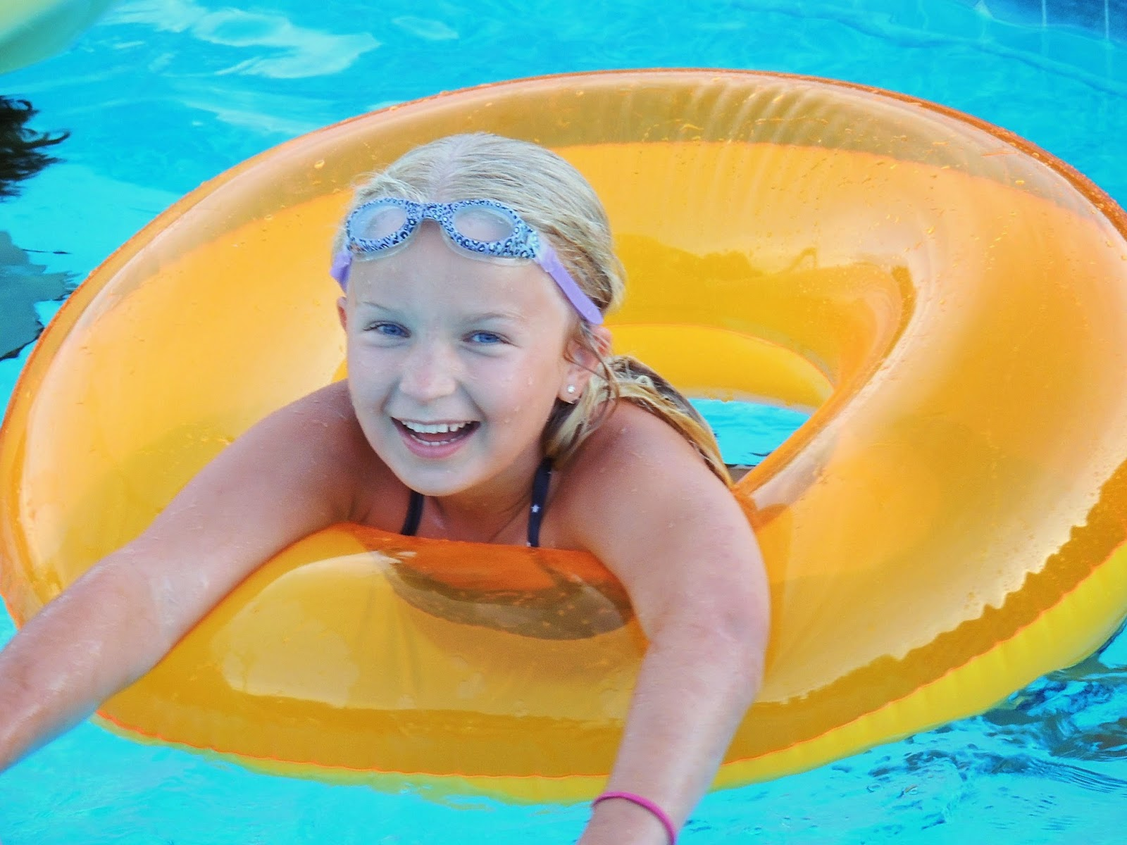 Fun by the pool in virtual reality
