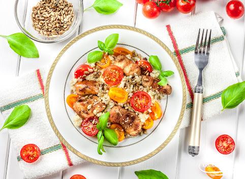 Bazyliowy kuskus z pomidorami, kurczakiem i chrupiącymi ziarnami