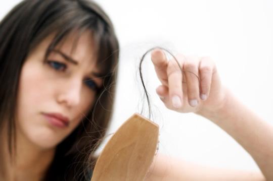 Las máscaras para los cabellos con el aceite de bardana por la cebolla y el limón
