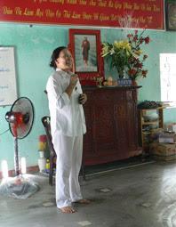 Cô Thu nói lời chia tay với 140 người đã bớt bệnh lớp Nâng cao Bậc III, 18-4-2012 - Ảnh: Nhật Minh.