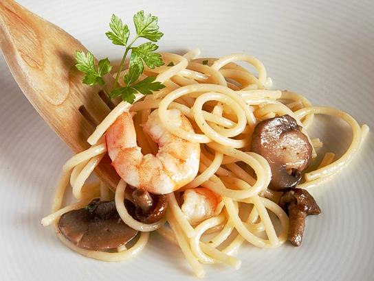 Espaguetis a la mantequilla de ajo y perejil con for Espaguetis con ajo y perejil