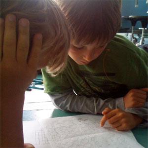 seorang anak sedang berdiskusi membicarakan karya tulis