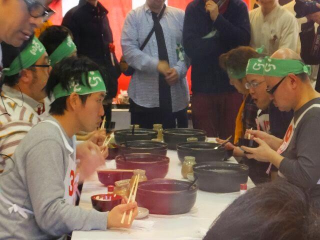 名物ゆどうふを規定時間内に最高何丁食べることができるかという競技。