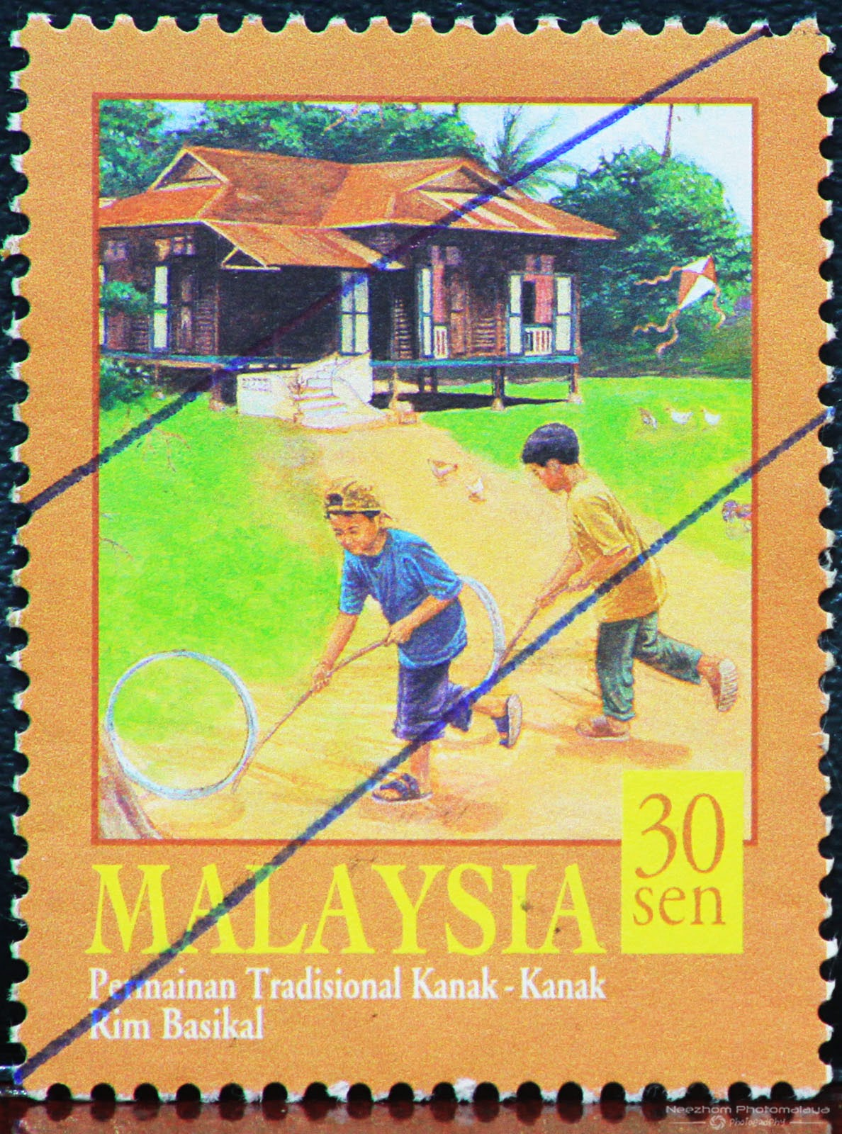 traditional games in malaysia Galah panjang is a game traditionally played on a court drawn on the vacant land tennis made containing two columns and several rows depending on the number of players.