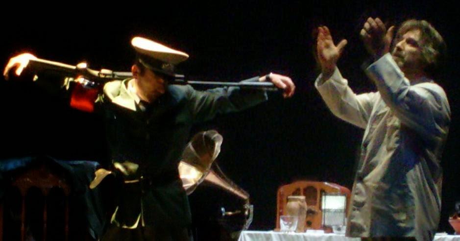 Julio Clemente y Carlos Morales interpretan el  «Tenebrae». de Paul Celan. Reestreno de GUANTES DE PIEL HUMANA (2009), de Carlos Morales y Julio Clemente Lourtau; escrita y representada por primera vez en 1978, es la primera obra de teatro en Español de todas las escritas hasta la fecha en torno al Holocausto.