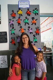 A professora Simone Pfister Simião trabalho as bonecas abayomi com seus alunos