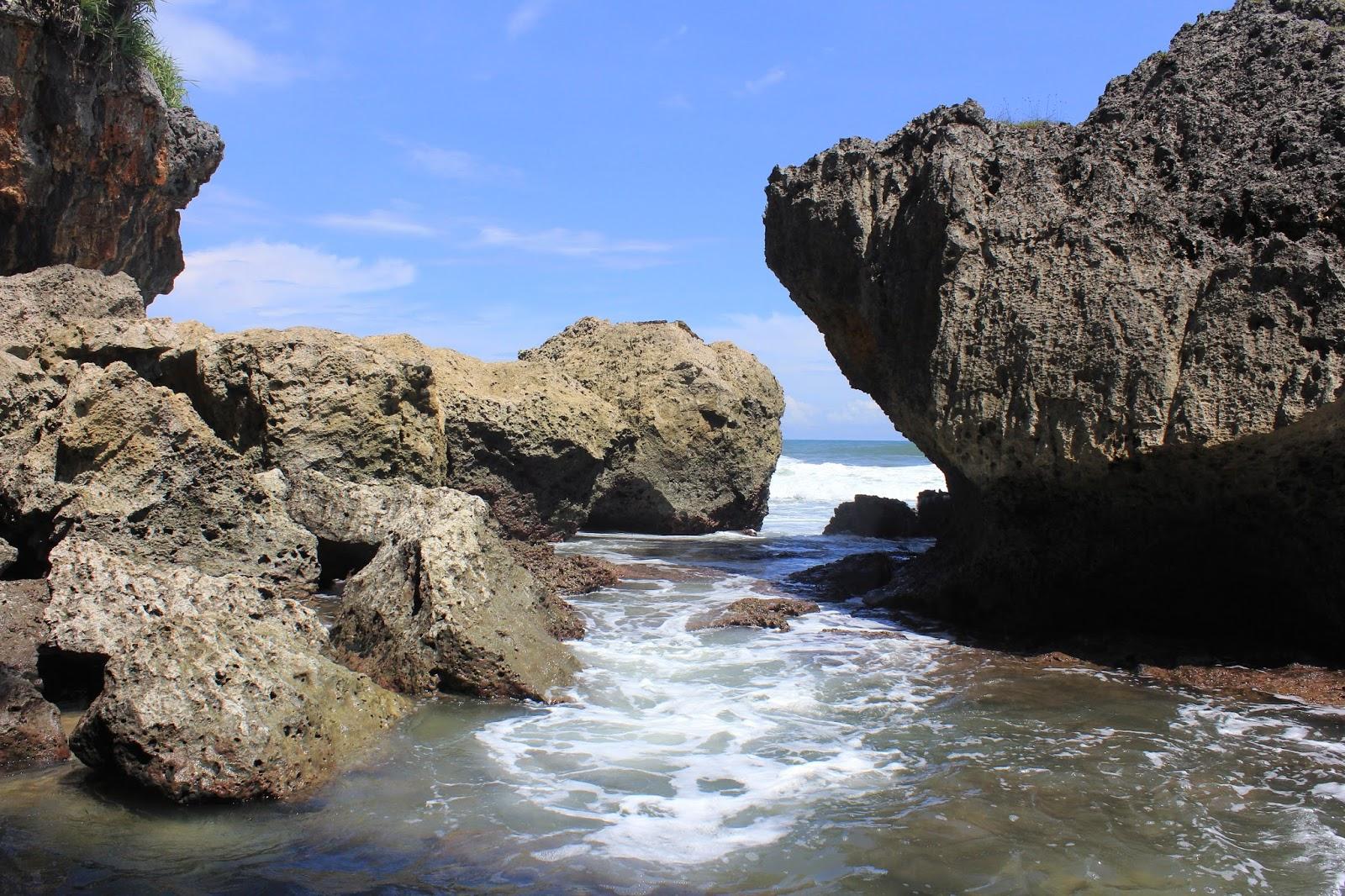 batu pulau pantai drini