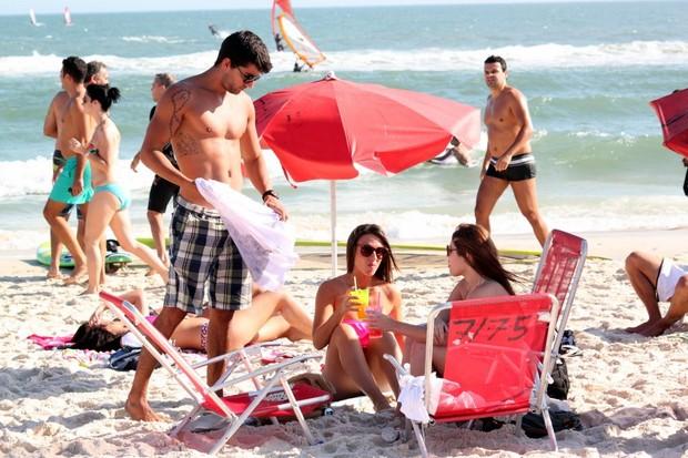 Nicole Bahls vai à praia com Diego Pombo