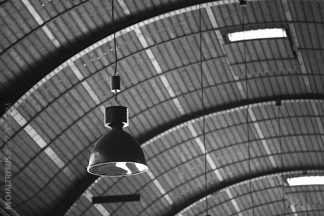 dworzec wrocław, michał trybus, fotografia, trybikfoto, wrocław główny, retro, czarno białe, wrocław b&w, lampa, lampa loft, retro lamp, industrial lamp.