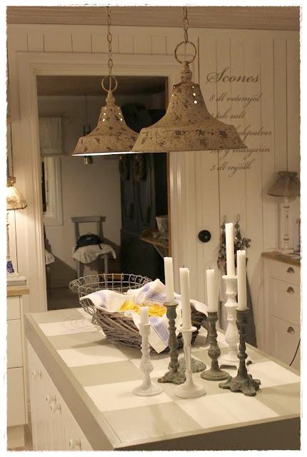 Lampor Koket :  lampor mer ljus i koket nu nor vi bytt ut ljuskronan mot tvo lampor