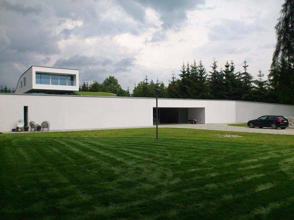 Un espacio fluido envuelto en c sped la casa de auto for Casa moderna kw